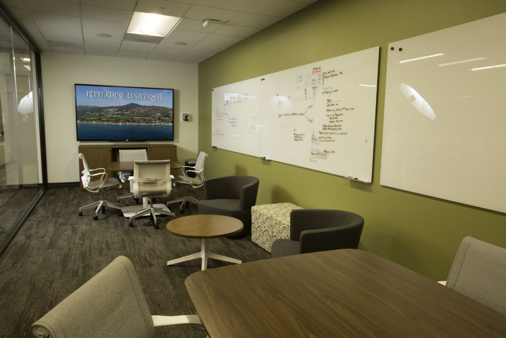 Users can arrange this flexible collaboration room ad hoc to suit their purposes.